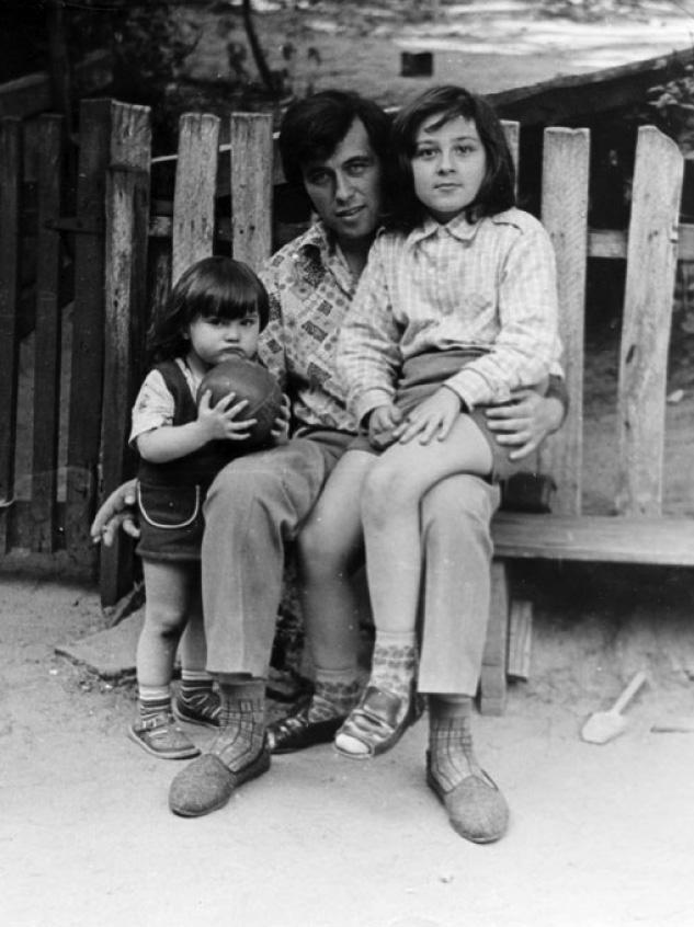 Сестра Аня, папа и я во дворе нашего дома на Павловской