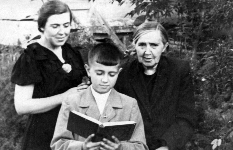 Бабушка Ася, прабабушка Анна Михайловна и Серёжа Бураго