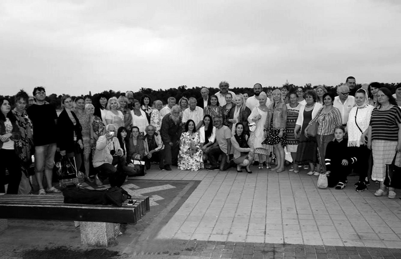 Участники Международной научной конференции «Язык и культура» имени Сергея Бураго на берегу Днепра. 2018
